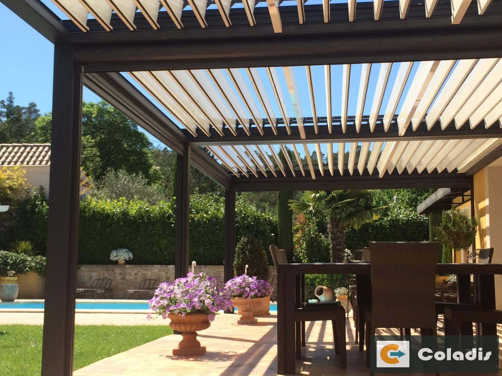 le montage d 39 une pergola coladis. Black Bedroom Furniture Sets. Home Design Ideas
