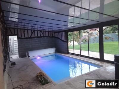 V randa pour piscine spa toiture ardoise dans l aveyron for Veranda piscine interieure